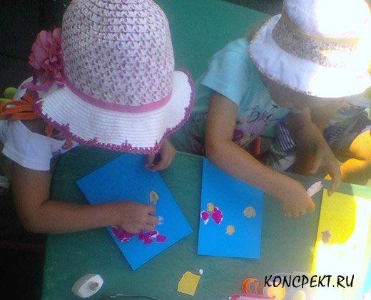 Дети делают обрывную аппликацию