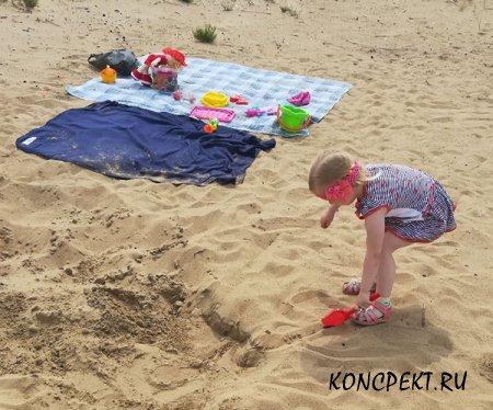 Растелили покрывала на песке