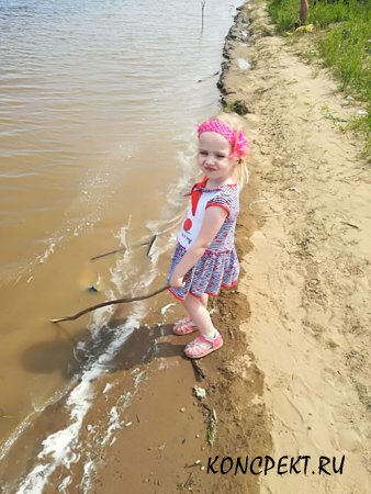 Маленькая Алиса тоже рыбачит