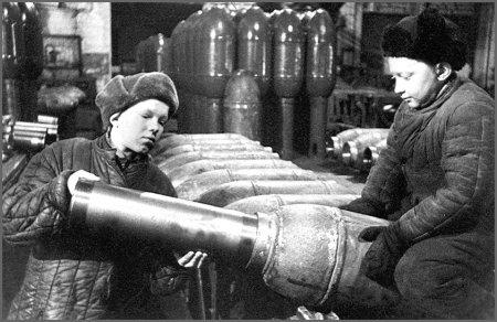 Дети на заводе изготавливают снаряды для фронта