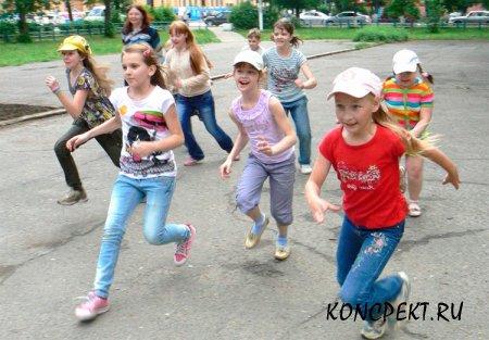 Дети в летнем школьном лагере