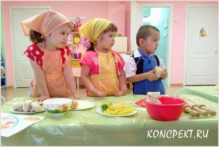 Дети готовят пирожки