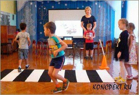 Дети учатся переходить дорогу по пешеходному переходу