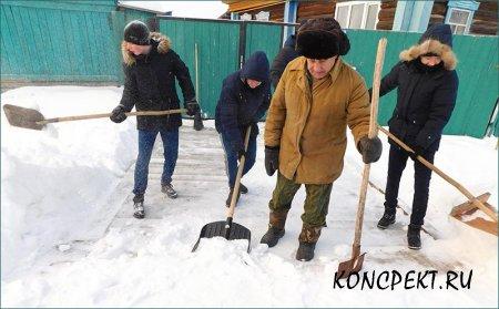 Тимуровцы помогают ветеранам очистить территорию у дома от снега