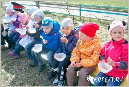 Дети пробуют кашу приготовленную в полевой кухне