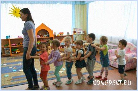 Дети встают паровозиком за воспитателем