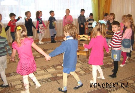 Дети взявших за руки водят хоровод