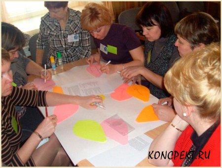 Команда воспитателей обсуждает задание