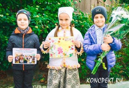 Дети демонстрируют изготовленные письма mail art