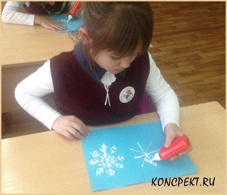 Наносим клей в форме снежинки на бумагу