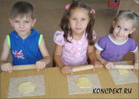 Дети раскатывают тесто