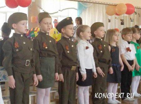 Дети исполняют военную песню