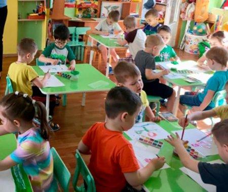 Дети рисуют пейзаж или натюрморт по выбору