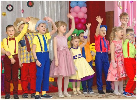 Дети исполняют песню про школу
