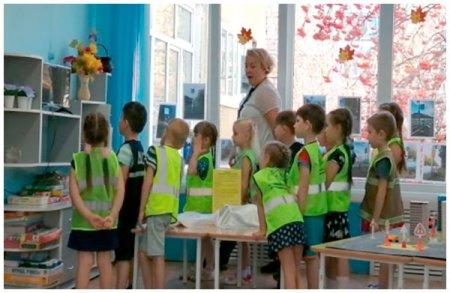 Дети смотрят мультфильм о фликаре