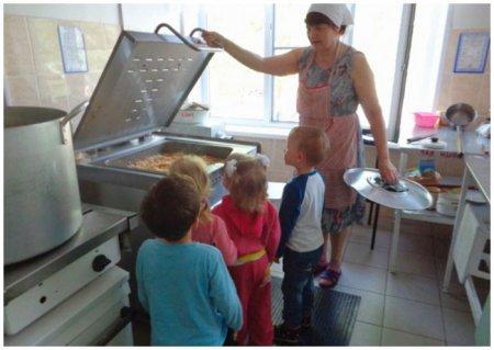 Дети в кухонном блоке