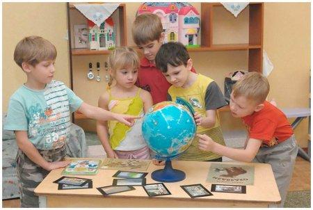 Дети на глобусе находят Россию