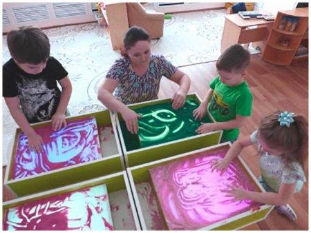 Дети играют с песком