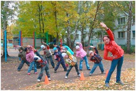 Зарядка на участке детского сада