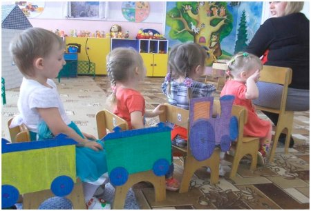 Дети едут в паравозике