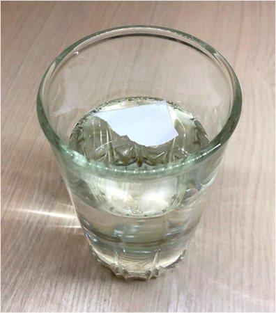Вода держит бумагу