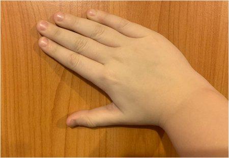 Знак больше из правой руки