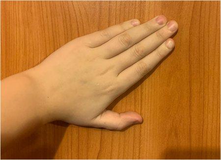 Знак меньше левой рукой