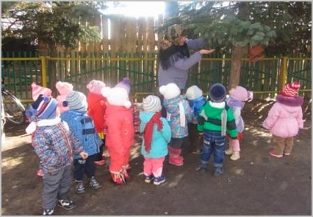 Дети младшей группы на прогулке