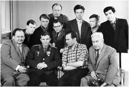 Ю. Гагарин с группой телевизионщиков