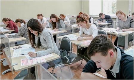 Учащиеся 9 класса сдают ОГЭ по математике