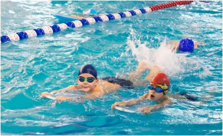 Дошкольники на занятии по плаванию