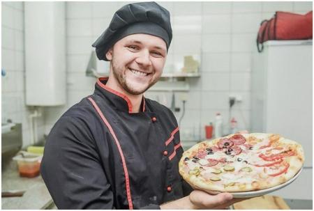 Пиццмейкер - человек готовящий пиццу