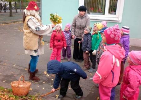 Дети складывают листья рябины в корзинку