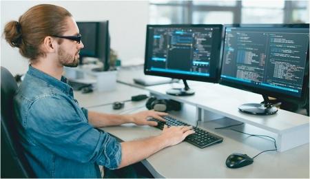Программист пишет код программы