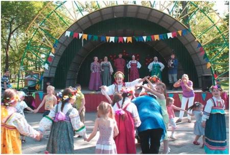 Выступление фольклорного ансамбля на летней площадке