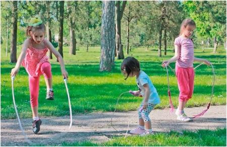 Дети учатся прыгать через скакалку