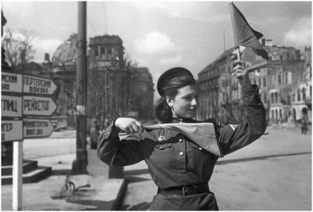 Женщина-регулировщик во время войны