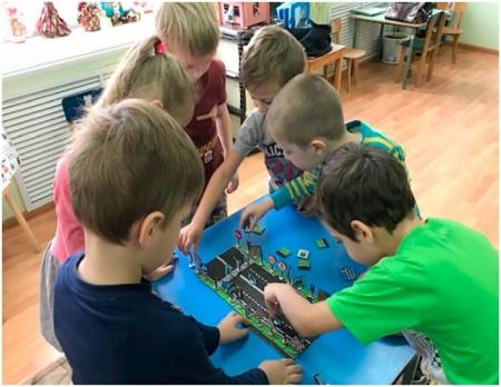 Дети создают макет проезжей части